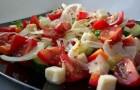Салат с помидорами и авокадо, заправленный натуральным йогуртом