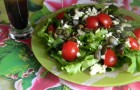 Салат с помидорами, рикоттой и семечками тыквы