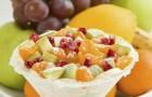 Салат с яблоками, грушей, сливой и натуральным йогуртом