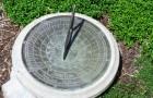 Солнечные часы и классические вазы