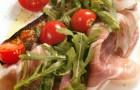 Хамон с маринованными томатами и деревенским хлебом