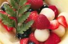 Лукошко из дыни с ягодами и мороженым