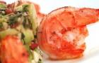 Маринованные креветки с зеленым салатом и сальсой из авокадо