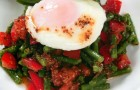 Салат из молодой фасоли с помидорами и яйцом-пашот
