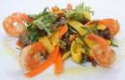 Салат из морепродуктов с соусом карри