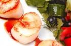 Салат из свежих овощей с морским гребешком