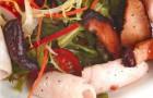 Салат с кальмарами и шиитаке под имбирно-лаймовой заправкой