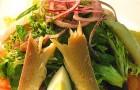 Салат с копченой форелью и молодым картофелем