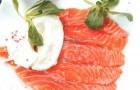 Сашими из лосося с трюфельным маслом и яйцом-пашот