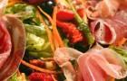 Свежий салат с ветчиной хамон и зеленью