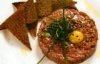 Тартар из говядины с хрустящими тостами