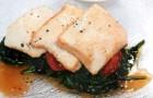 Тофу на гриле со шпинатом и помидорами черри