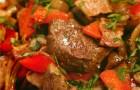 Тушеная говядина с красным перцем и копченым беконом