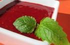 Творожный соус с малиной и мятой
