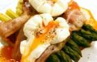 Яйцо «в мешочек» с беконом и спаржей на тосте