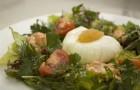 Домашний салат из овощей с яйцом-пашот