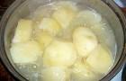 Почему при варке картофель темнеет?