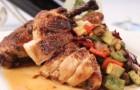 Половинка цыпленка с кровяной колбасой и молодыми овощами