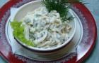 Салат с кальмарами, яйцом и жареным луком