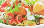 Салат с копченым лососем и пикантной заправкой из йогурта