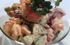 Салат с креветками, клубникой и авокадо