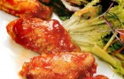 Салат с куриными крылышками в медовом соусе