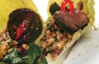 Салат с ломтиками говядины и острой сальсой