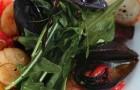 Салат с морепродуктами, помидорами и базиликом