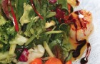 Салат с морскими гребешками и соусом из маракуйи