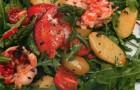 Теплый салат с омаром, спаржей и помидорами черри