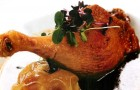 Утиная ножка с медово-имбирным соусом и печеным яблоком