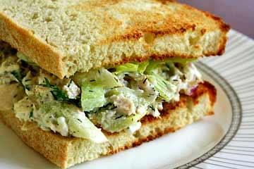 Горячий салат с хлебом и сельдереем
