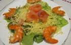 Салат с крабами, креветками и авокадо