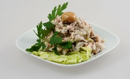 Салат с кусочками курятины