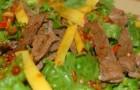 Тайский салат с говядиной и манго