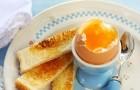 Яйца всмятку с поджаренным хлебом