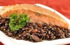 Жареный лосось с теплой чечевицей