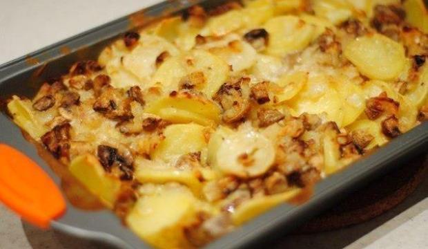 Картофель с шампиньонами в сметанном соусе