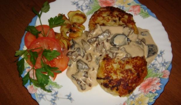 Котлеты из сушеных грибов с картофельным соусом
