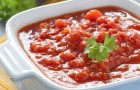 Красный соус с луком и грибами