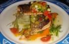 Рыба жареная с овощным гарниром и грибами