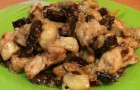 Свинина с грибами и черносливом