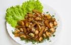 Жареный картофель с тушеными грибами