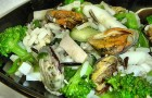 Салат из брокколи с мидиями в пароварке