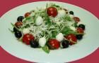 Моцарелла, с рукколой и помидорами
