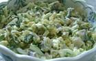 Салат с яйцами, грибами и макаронами в домашнем йогурте